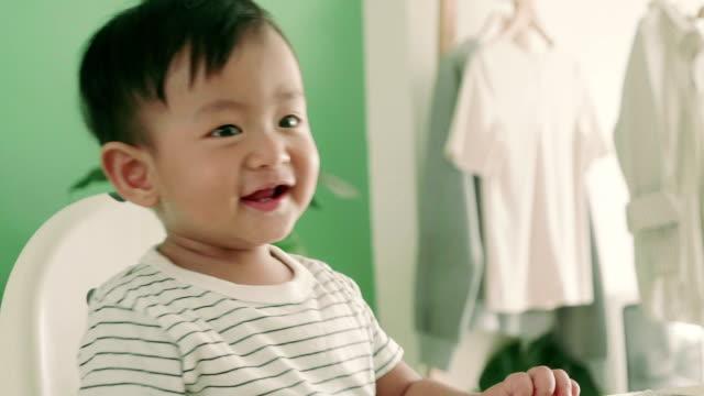 Een beetje baby jongen dansen en plezier thuis