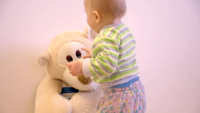 Baby jongetje spelen met grote speelgoed beer cub