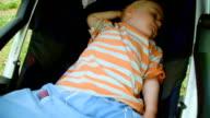 Kleinen Jungen friedlich schlafend