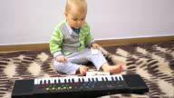 Kleine baby met elektrische piano