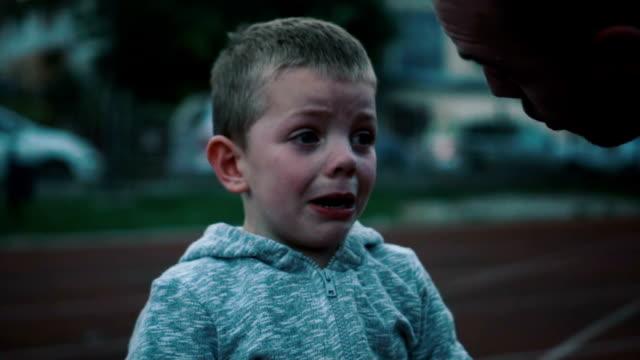 Kleine jongen huilen