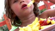 Kleiner Junge isst Pommes frites