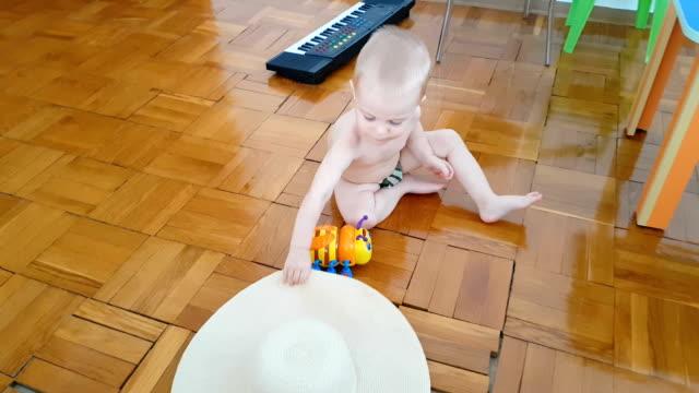 Kleine jongen spelen met interactieve speelgoed