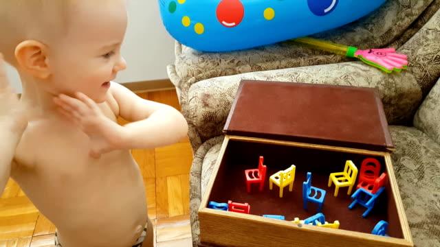 Kleine jongen spelen met speelgoed alleen