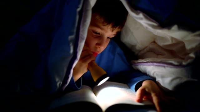 Junge liest Buch