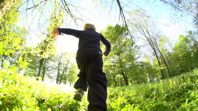 HD SUPER SLOW MOTION: Piccolo ragazzo In esecuzione nel parco
