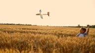 SLO, MO, kleine Junge werfen Flugzeug Spielzeug