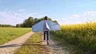 SLO MO jongetje draagt jet pack kostuum als hij de lucht met beide armen ponsen