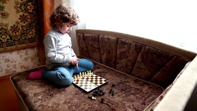 Meisje regelen pionnen op het schaakbord