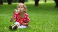 Bambina soffiare le bolle di sapone