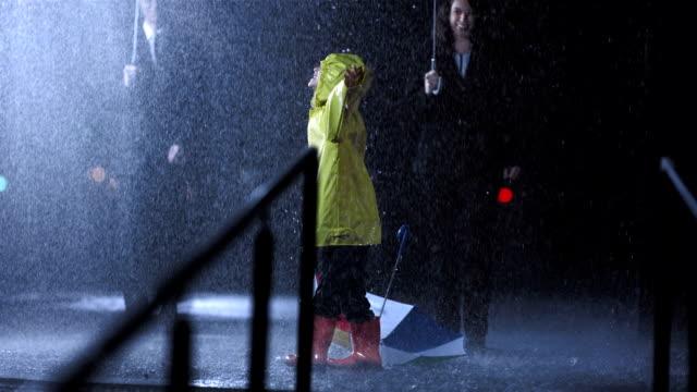 Bambina ballare sotto la pioggia