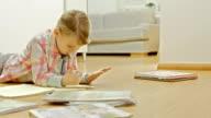 Kleines Mädchen macht Hausaufgaben mit Math