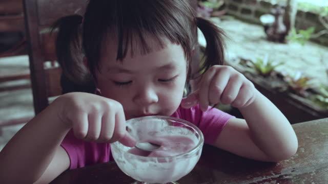 Meisje, eten van ijs