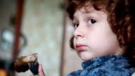 Kleine Mädchen essen Pfannkuchen