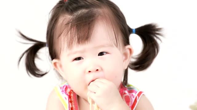Little girl eatting spaghetti.