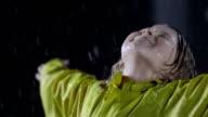 Kleines Mädchen, die die Schwere Regen