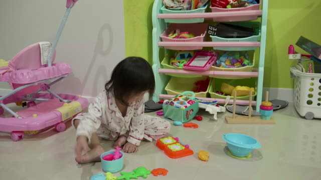 Kleine Mädchen-Genuss mit Spielzeug auf Etage