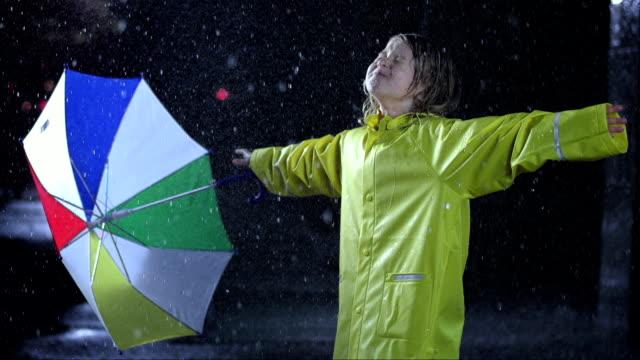 Bambina esporre per la pioggia