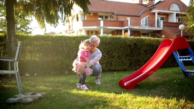 Kleines Mädchen hat eine gute Zeit mit Großmutter