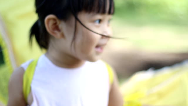 klein meisje in gele vogel kostuum