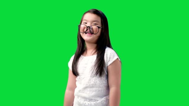 Kleine Mädchen machen Gesichter.