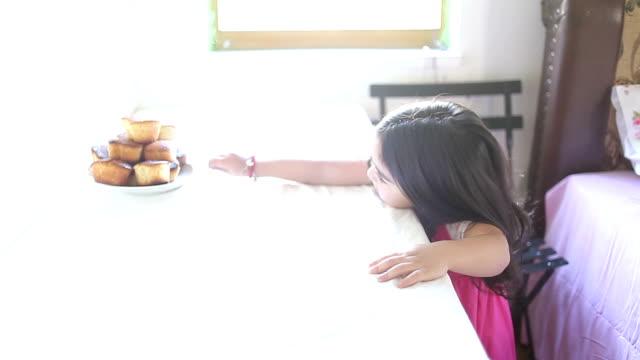 HD: Little girl & Muffin