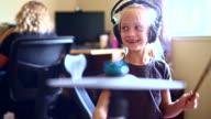 Meisje speelt drums wanneer haar zus huiswerk