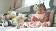 meisje leesboek in woonkamer