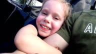 Little Girl Riding Achterbahn und klammert sich an die armen Väter