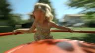 HD: Rapariga girar no parque infantil Roda de Ferro