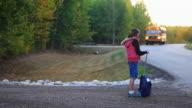 Kleines Mädchen warten auf Schulbus