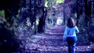 Bambina cammina in legno scuro