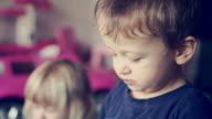 Kinder essen Maiskolben