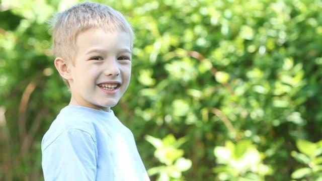 Kleine lächelnde Junge im Freien