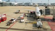 Lastning last och lasta ur planet för frakt logistik, time-lapse luftrörelser, 4k(UHD)