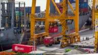 Laden der Ladung von Lkw zum containership in der Hafenstadt
