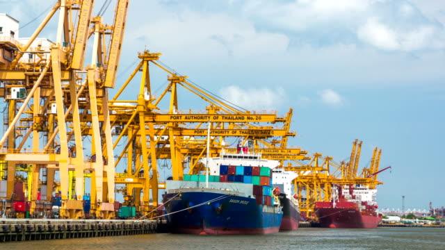 Laden der Ladung von Lkw zum containership, Schwenken von