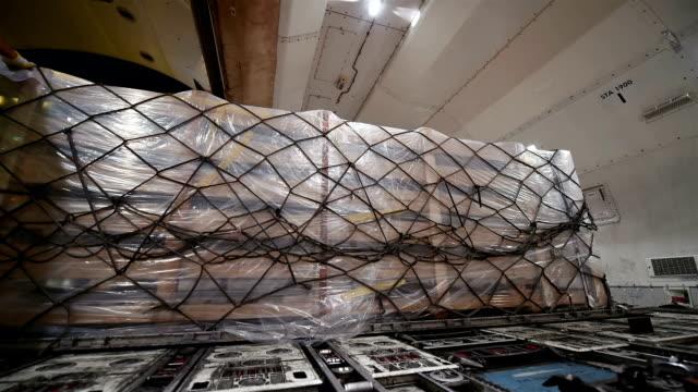 Laden der Ladung auf cargo-Flugzeug