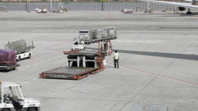 Loading cargo operation for commercial airplane