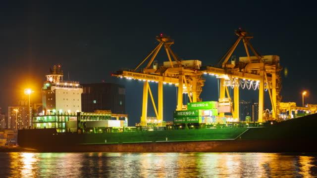 Ladevorgang container cargo Fracht versenden mit container-terminal in der Nacht