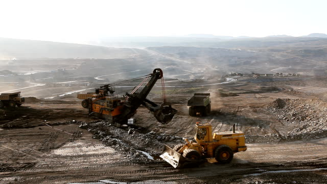 Beladen von Eisenerz auf sehr große dump-Körper Lkw.