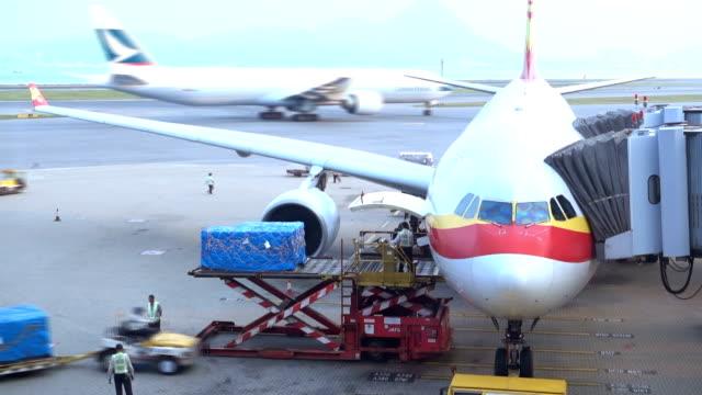 Laadplatform van luchtvracht naar het vliegtuig