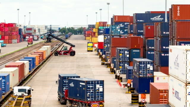 Logistik Betrieb in railroad container yard mit zoom out-Technik timelapse