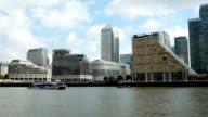 POV London Canary Wharf visto dal fiume Tamigi,