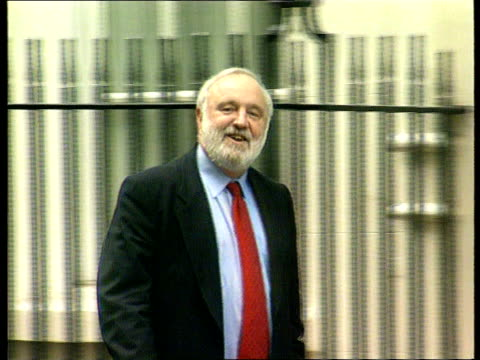 RUSHES CASS FROM MILLBANK/B022697 ENGLAND London Downing Street EXT Frank Dobson along to Number 10 PAN TX 61199/C4N C4N U'LAY LIB
