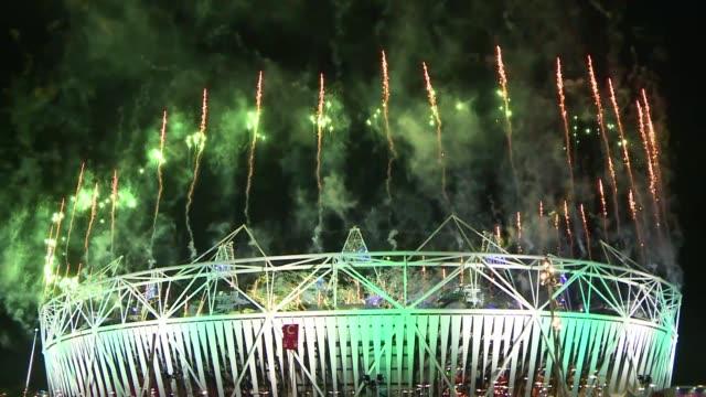 Londres bajo el telon este domingo de sus terceros Juegos Olimpicos con una fiesta al mas puro estilo britanico y un desfile de estrellas musicales...