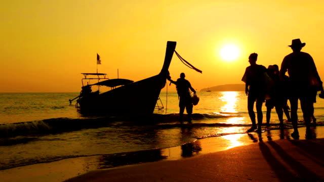 Einsam Boot und wunderschöner Sonnenuntergang am Meer