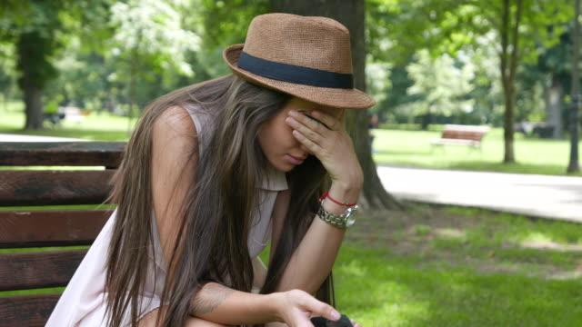 Einsam, unglücklich und weinende Mädchen