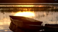 Longtail båt på sjön i solnedgång