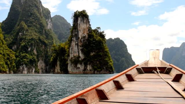 Longtail-båt traditionella resa Choew Lan-dammen i thailand